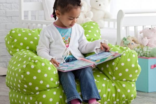Девочка читает книгу на бин бэге