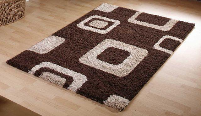 Коричневый ковёр на полу