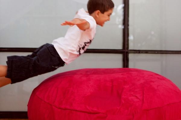 Мальчик прыгает на бин бэг