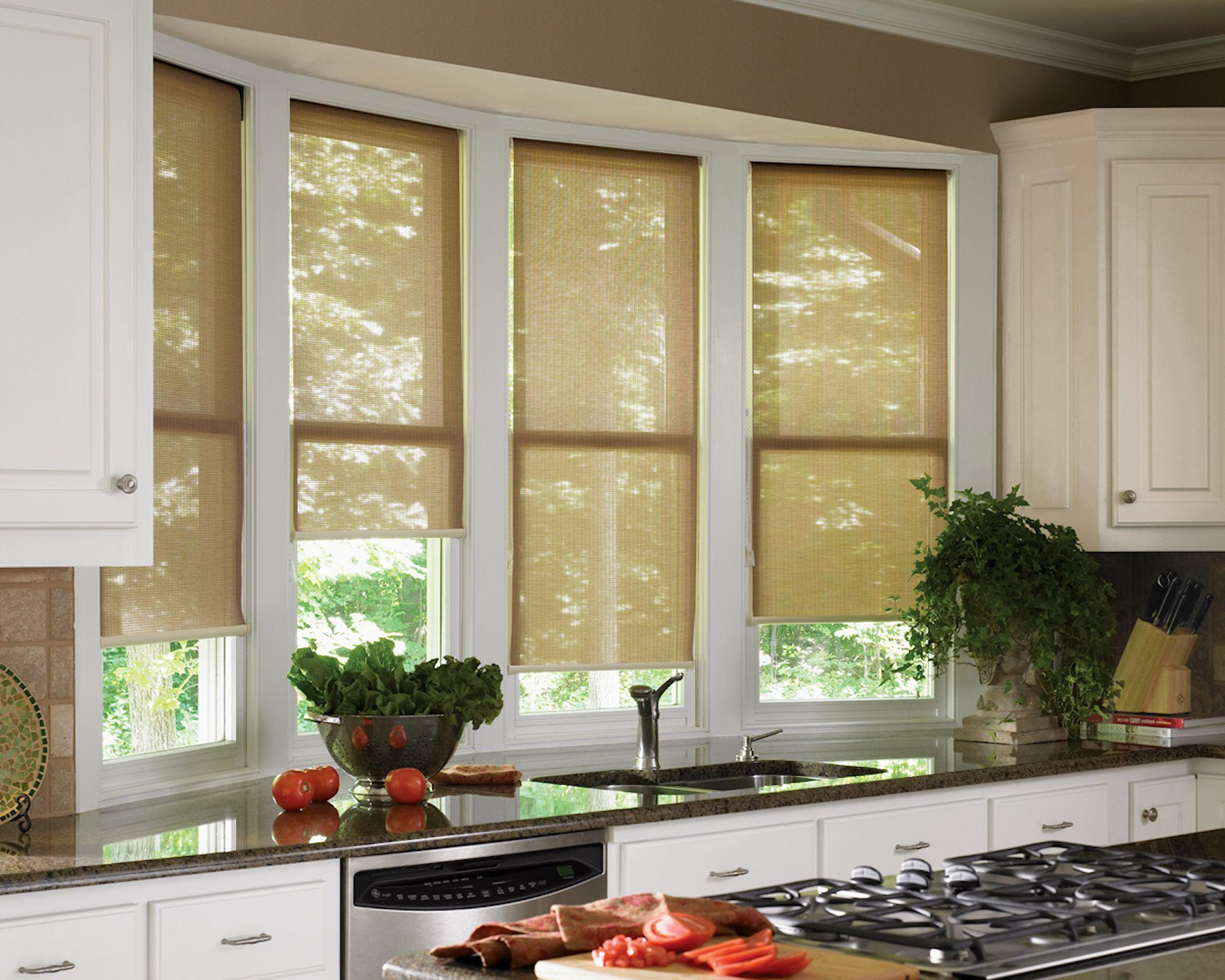 Рулонная штора на окне на кухне